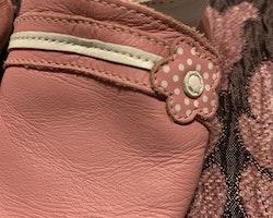 Ljusrosa och vita skinntossor med blomdekoration från Bobux stl 0-6 mån