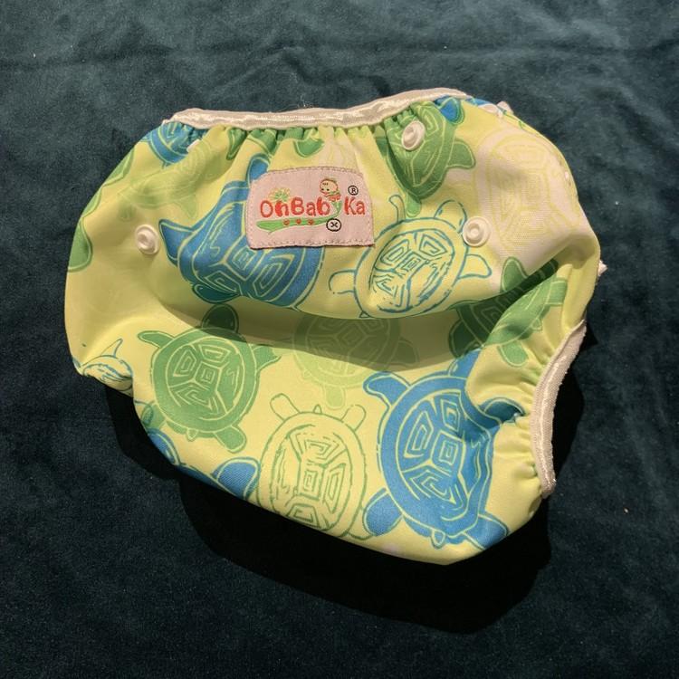 Badblöja i grönt och blått med sköldpaddor från OhBabyKa stl 3-9 mån