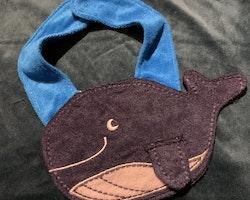 En haklapp i form av en blåval