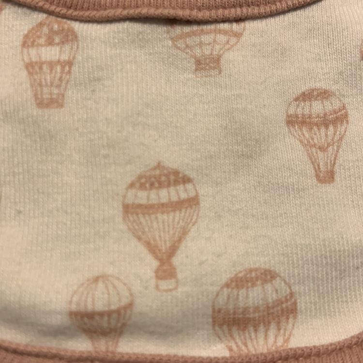 Liten haklapp i vitt och gammelrosa med luftballonger från Kappahl