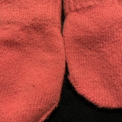 Ett par rosa vantar på snöre från Lindex stl 6-12 mån