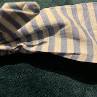Vitt och ljusblått randigt hårband