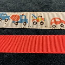 Två napphållare i rött resp. ljusblått med olika fordon på