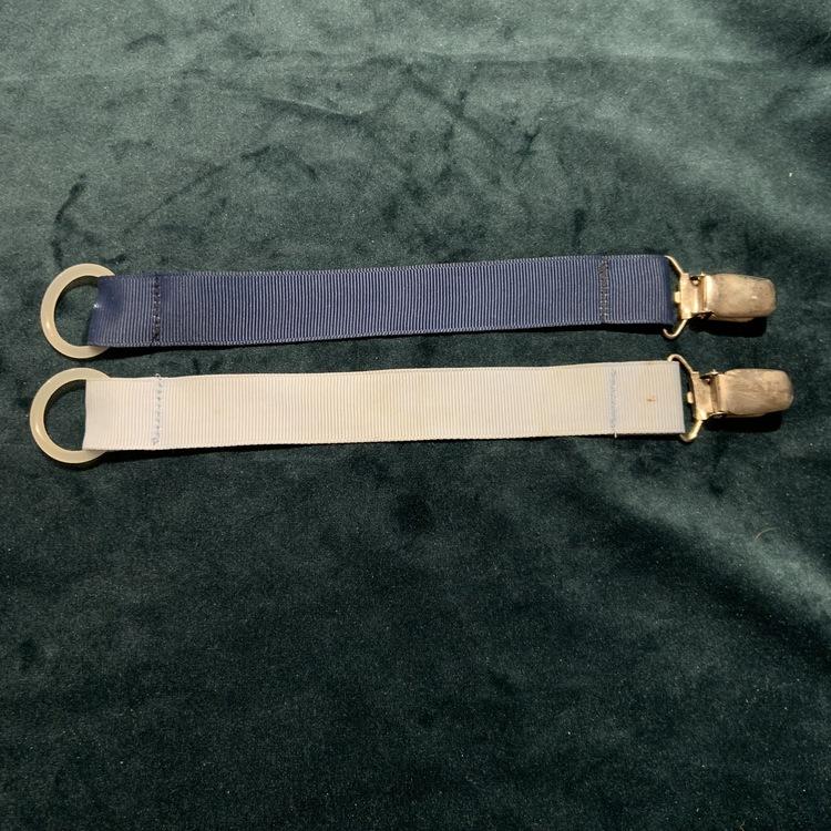 Två napphållare i ljus- och mörkblått