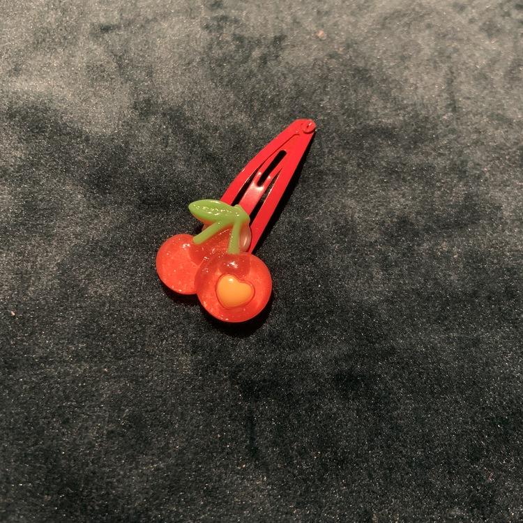 Ett hårspänne med körsbärs dekoration