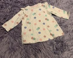 Beigemelerad collegeklänning med prickar i rosa och blå nyanser med matchande byxor i rosa från HM stl 68