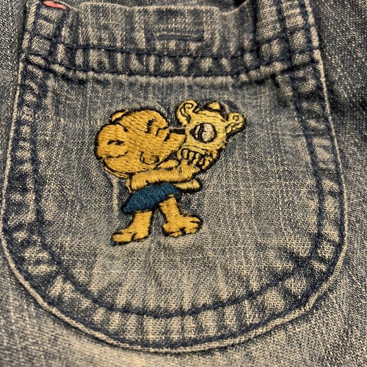 Vit kortärmad body med broderad ficka och jeans med broderad bakficka från Bamse Lindex stl 68