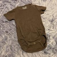 Kortärmad brun body och vita byxor med safaridjur från HM stl 68