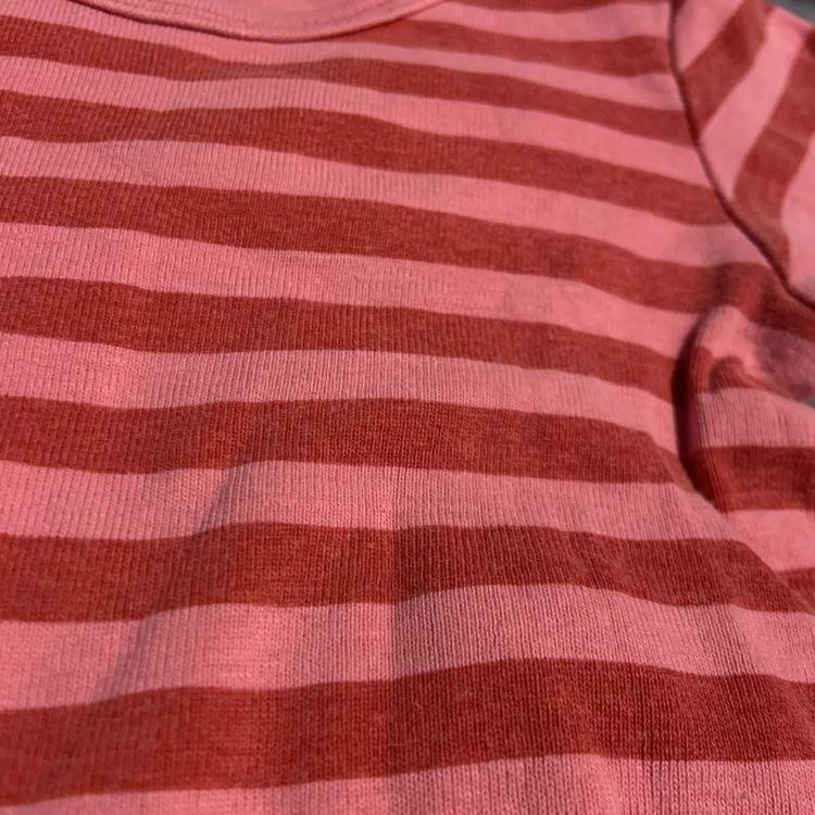 Tredelat set med en rosa randig body, en vit body med rosa text tryck och rosa randiga byxor från Ellos stl 68