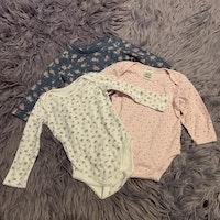 3 delat paket med blommiga bodies i rosa och lila nyanser stl 68