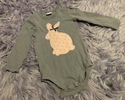 3 delat paket med body och två par byxor i grått och rosa med kaniner från Lindex stl 68