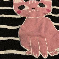 Svart tunika med vita ränder och rosa katt applikation samt rosa byxor med volanger och rosa och vita hjärtan från Pytteliten stl 68