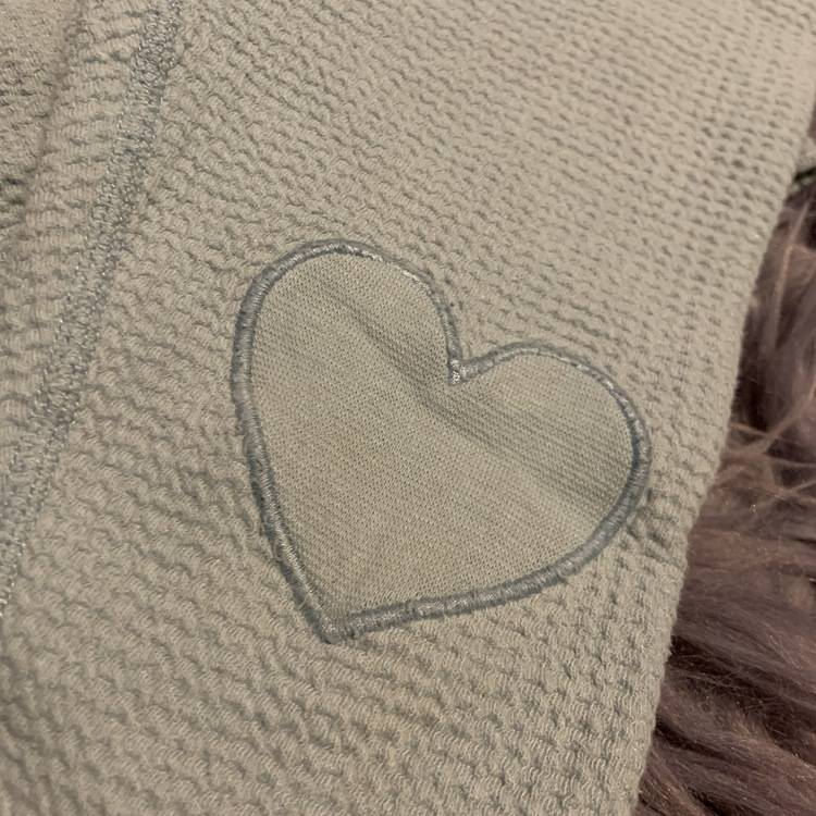 Ljusblå kräppad tröja och matchande byxa med hjärt applikationer från PoP stl 68