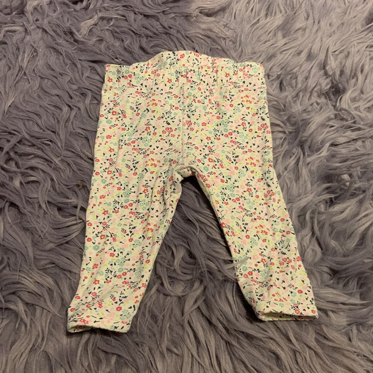 Vit body med färgglatt blomstermönster och matchande byxor från HM stl 68