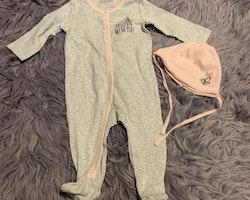 Tvådelat set med grå och ljusrosa pyjamas med Snurre Sprätt och matchande mössa stl 68