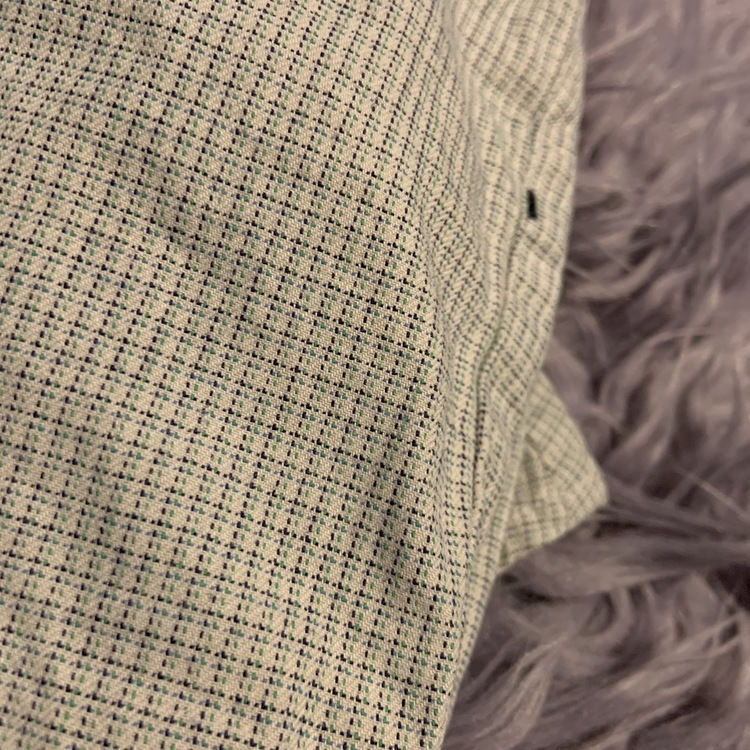 Förklädesklänning och byxor i ljusgrått med grönt och svart mönster från PoP stl 68