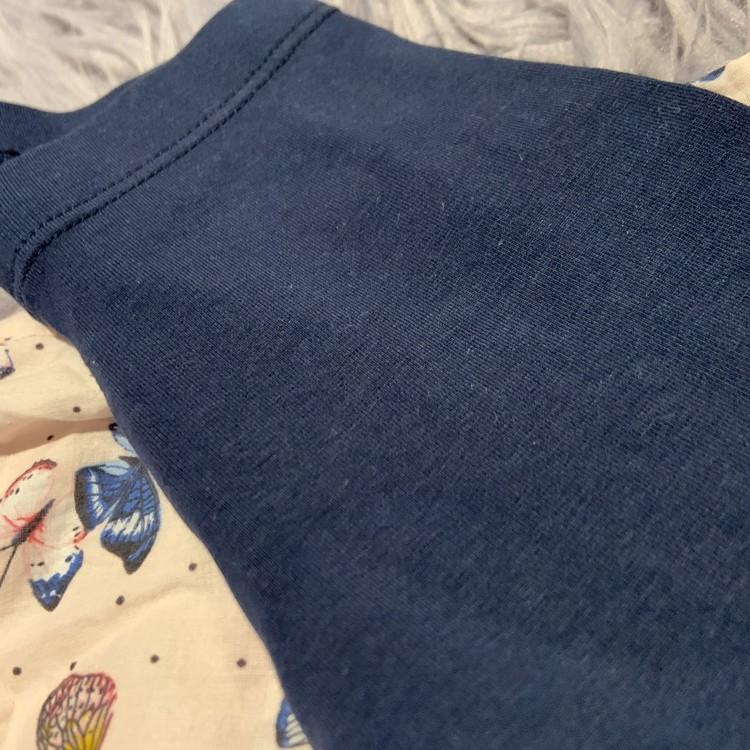 Ljusrosa ärmlös topp med volanger och fjärilsmönster med matchande mörkblå leggings från HM stl 68