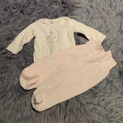3 delat paket med en rosa body med gulligt tryck och två rosa byxor i velour från Kanz stl 68