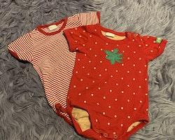 2 delat paket kortärmade bodies i olika röda varianter från Lindex stl 68