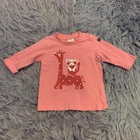 Rosa tröja med vitt och rött giraff och tvättbjörns tryck från PoP stl 68