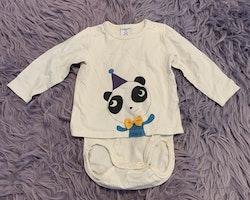 Vit tröjbody med en panda framtill med en partyhatt och 3d rosett från PoP stl 68