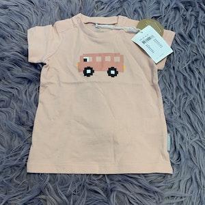 Ljusrosa t-shirt med tryck av en rosa buss från PoP stl 68