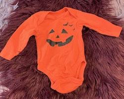 Orange body med svart Halloween tryck från Lupilu stl 50/56