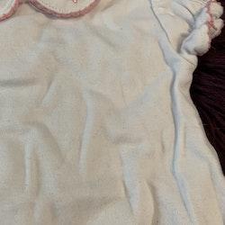 Vit kortärmad body med smultron broderad krage från Kappahl stl 50/56
