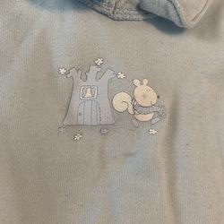 Ljusblå tröja med krage och blått och vitt ekorre tryck från Benetton stl 50/56