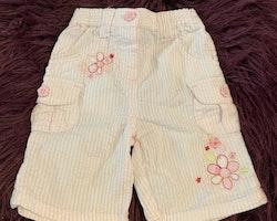 Vita kräppade shorts med ljusrosa ränder och blombroderier från TU stl 50/56