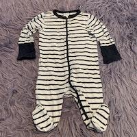 Vit pyjamas med fötter och svarta ränder från PoP stl 50/56