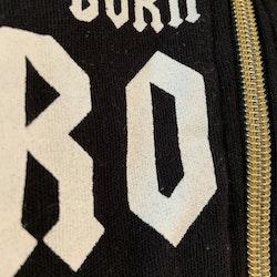 Svart jumpsuit med vitt texttryck och gulddetaljer från Åhléns stl 50/56