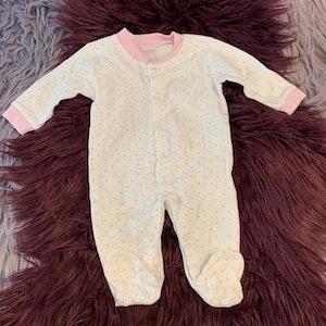 Vit pyjamas med fötter och ljusrosa hjärtan och kantband från Je suis baby stl 0-3 mån