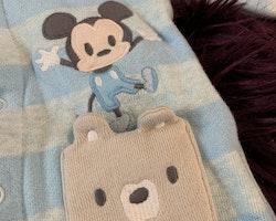 Ljusblå randig jumpsuit med Musse Pigg applikation från Disney stl 50-56
