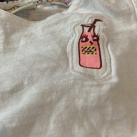 Vit kortärmad topp med flask applikation i brun och rosa från Zara  stl 68