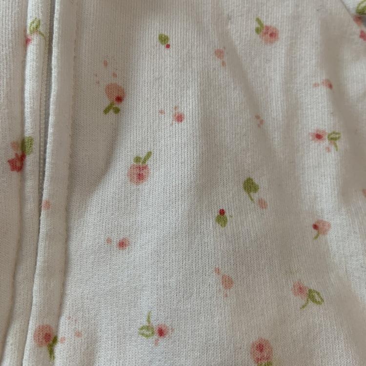 Off-white collegetröja med dragkedja, huva och blommönster i rosa och grönt med matchande byxor från HM stl 50