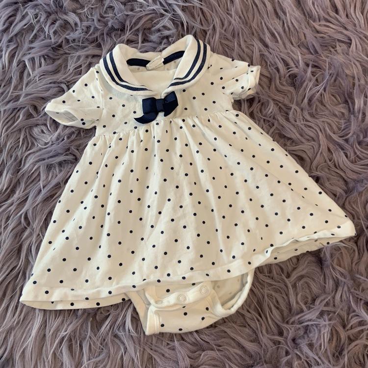 Vit kortärmad klänning med mörkblå prickar, rosett och inbyggd body från HM stl 62