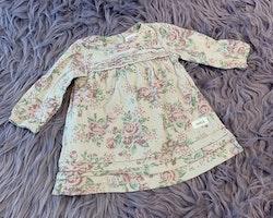 Ljusgrå klänning med ros mönster i rosa och grönt samt vit spets från Newbie stl 62