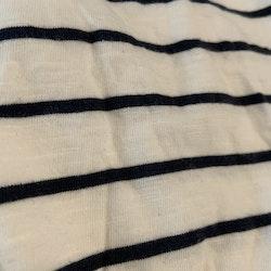 Vit kortärmad body med mörkblå ränder och en liten ficka från Newbie stl 56