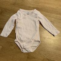 4 delat paket i rosa och vitt från HM med två omlottbodys och två par leggings stl 68