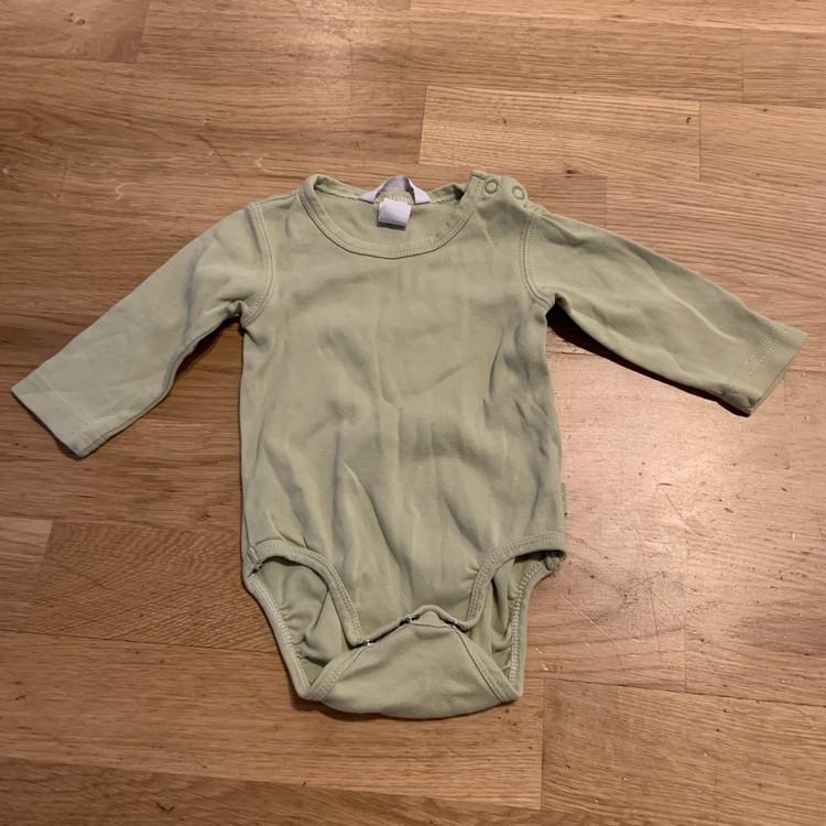 3 delat body paket från HM i grönt och med djurmönster stl 68