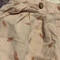 Ljusrosa tunna byxor med rosa fjäder mönster från Newbie stl 68
