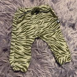 Grå och gröna tiger randiga byxor från Lindex stl 68