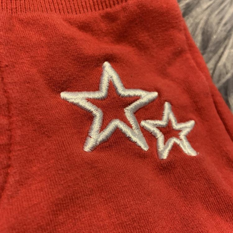Röda byxor med broderade vita stjärnor från My wear stl 68