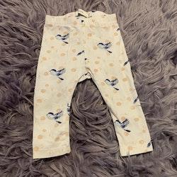 Vita leggings med flerfärgat fågelmönster från Name it stl 68