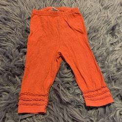 Korallfärgade leggings med volanger på benen från My wear stl 68