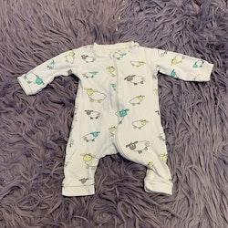 Vit pyjamas med får i grått, vitt, turkost och gult från Cubus stl 62/68