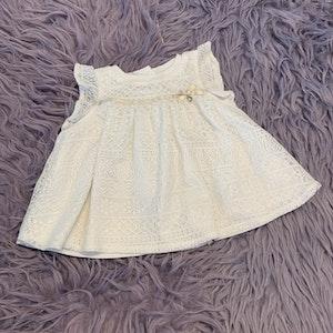 Underbar cremefärgad ärmlös spetsklänning med glitter, sidenband och vackra knappar från Max Studio baby stl 68