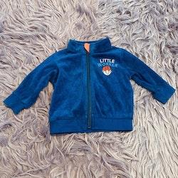 Blå tröja med dragkedja och litet broderi från Lupilu stl 62/68