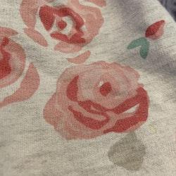 Grå beiga haremsbyxor med rosa och grönt rosmönster från Åhléns stl 62/68